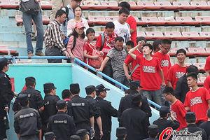 湘鄂球迷赛前爆流血冲突客队球迷仅看半场被劝离场