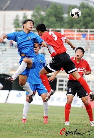 图文-[中甲]安徽九方1-2上海东亚双方争抢高空球