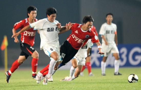 图文-[中甲]辽宁宏运2-0上海东亚李铁与对方拼抢
