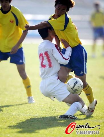 图文-[中乙总决赛]湖南5-3绿茵队冲撞对手怀中