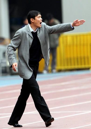 图文-[中甲]上海东亚2-0广东日之泉范志毅激情指挥