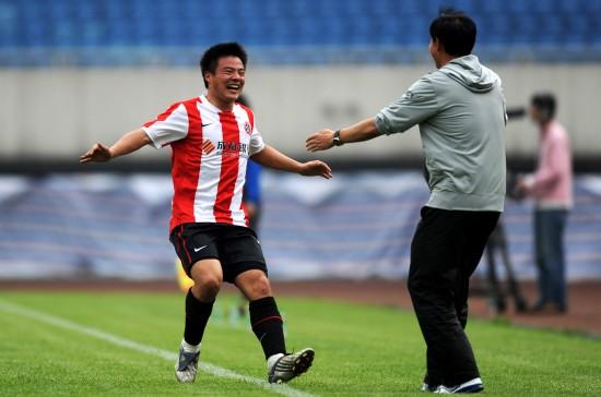 图文-[中甲]成都3-0南京进球之后和教练庆祝