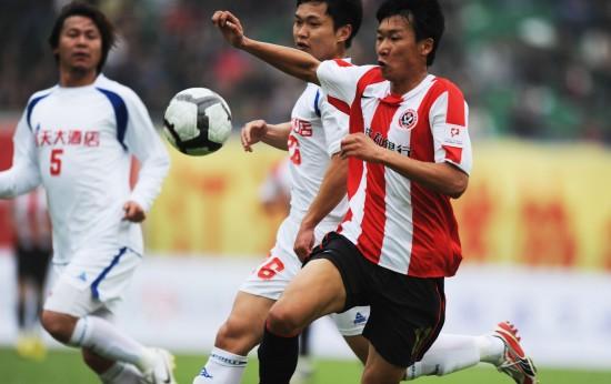 图文-[中甲]成都3-0南京凶狠的拼抢
