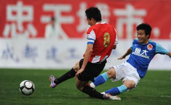 图文-[中甲]成都谢菲联0-0广州恒大李钢带球突破