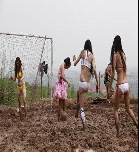 美女酷爱泥浆足球