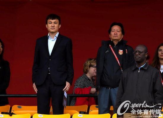 看台上与朱广沪一起观战的女足主帅郝伟