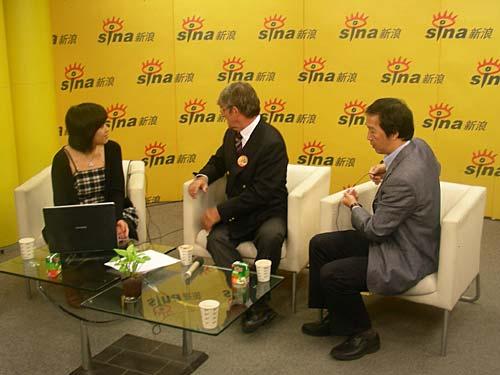 图文-米卢做客新浪畅聊中国足球嘉宾做聊天准备
