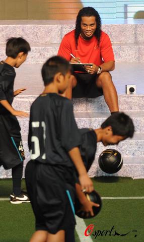 图文-小罗与中国球迷近距离交流能给他们打几分