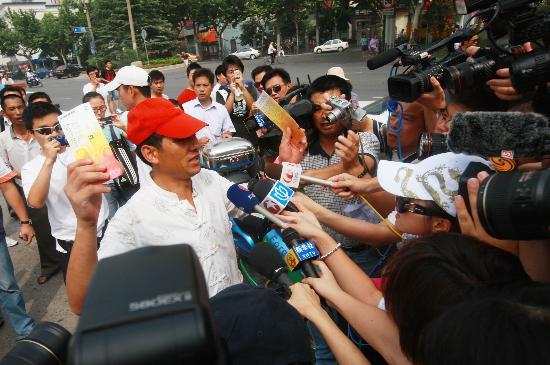 图文-上海球迷冒暑争购奥运门票 幸运成为明星