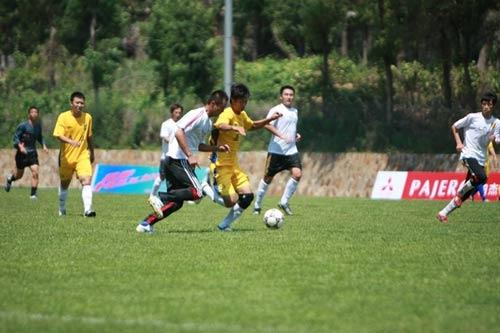 图文-草根足球冠军联赛大连赛区 遭遇贴身紧逼