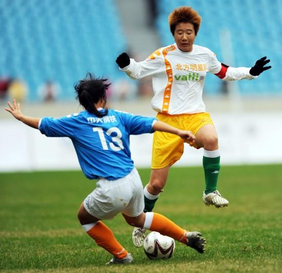 图文-女足明星争霸赛南方3-0北方毕妍与对手争抢