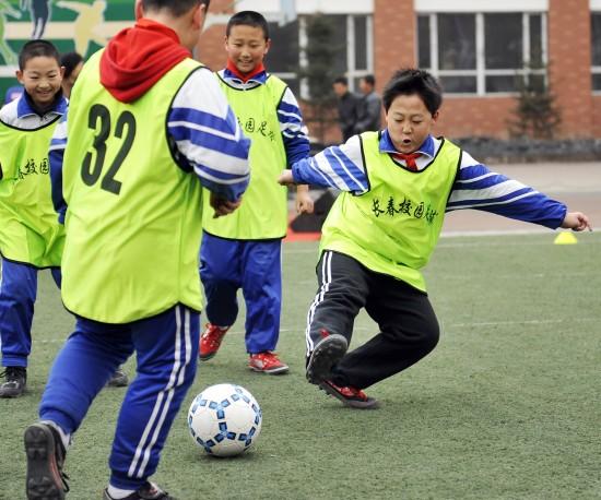小学生踢足球简笔画