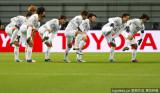 广岛三箭队兴奋舞蹈
