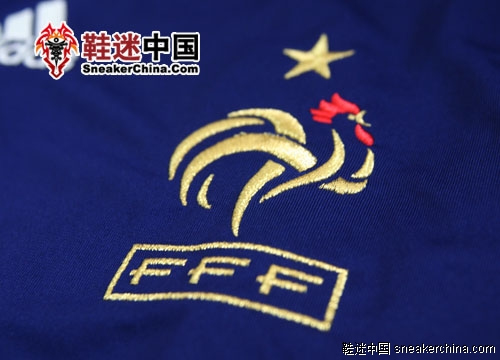 高卢雄鸡金色的刺绣十分精细,金色五角星是世界杯的冠军的荣耀。