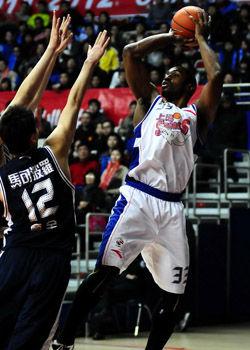 上海主场终结东莞六连胜哈里斯回归砍下38分12板