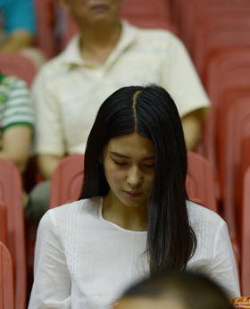 刘晓宇绯闻女友现场助威男篮长发披肩袭白衣(图)