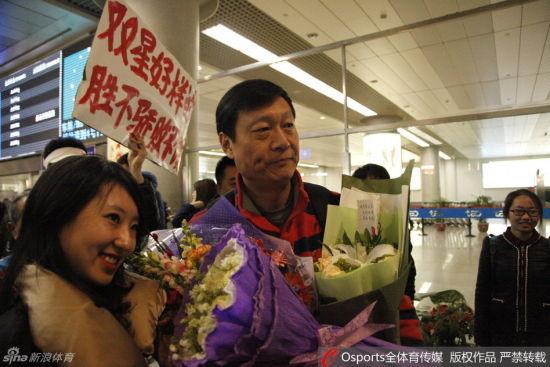 带领青岛队从辽宁归来时,李秋平受到了青岛球迷的热烈欢迎。