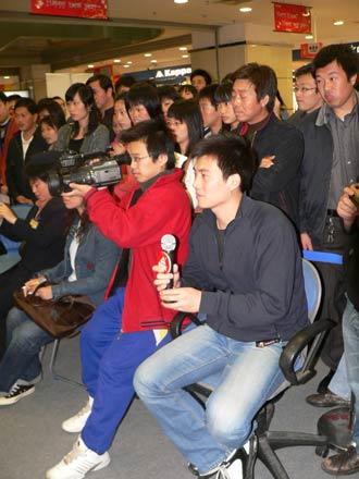 """图文-""""战神""""现身广州与球迷见面现场媒体踊跃"""
