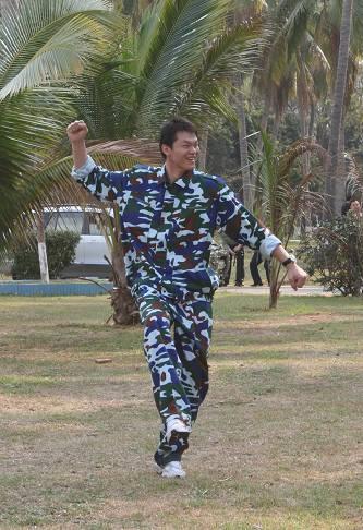 图文-中国男女篮海南军训第二日朱芳雨搞怪