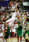 图文-[热身赛]中国男篮VS立陶宛张凯扣篮扣飞