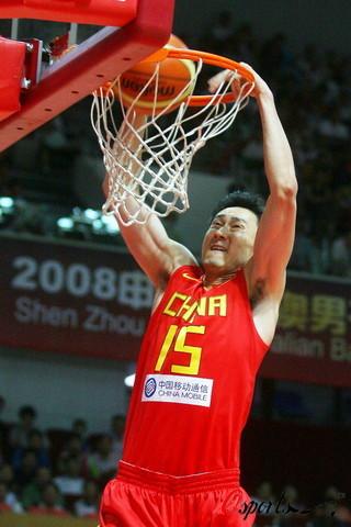 图文-[热身]中国男篮VS澳大利亚明星 杜锋扣篮