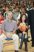 亚洲篮球大使现身斯杯 清纯容祖儿为姚明阿联加油