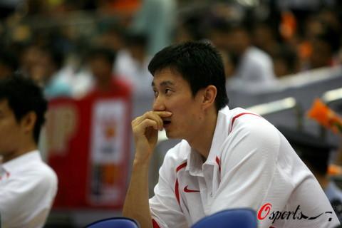 图文-[斯杯]中国男篮72-50俄罗斯杜锋场外观战