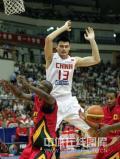 图文-[钻石杯]中国男篮VS安哥拉 姚明如此拼命