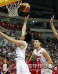 图文-[钻石杯]中国男篮VS安哥拉 陈江华篮下突破