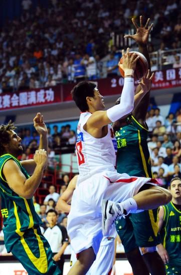 图文-[热身赛]中国男篮74-61澳大利亚丁锦辉上篮