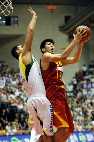 图文-[热身赛]中国男篮VS立陶宛 王磊单打篮下