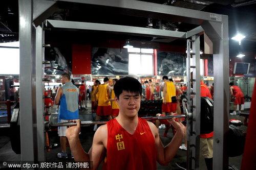 图文-中澳战前男篮力量房训练 张松涛全力以赴