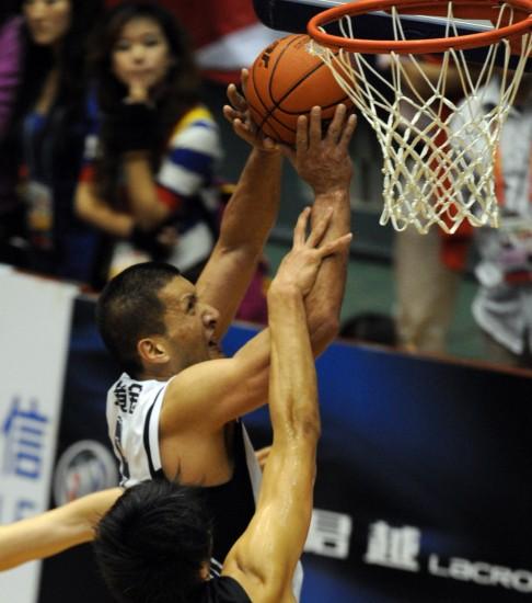 图文-[男篮决赛]山东76-81广东巴特尔突破上篮