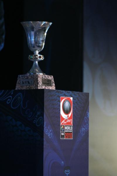 图文-2010年男篮世界锦标赛抽签仪式冠军奖杯