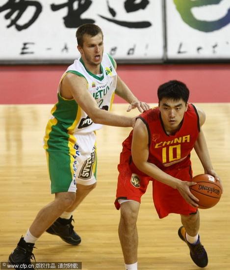 图文-[热身赛]中国男篮VS立陶宛 李晓旭对抗