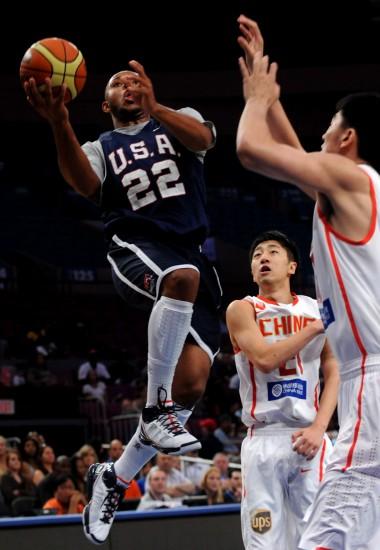 图文-中国男篮47分惨败美国戈登突破上来