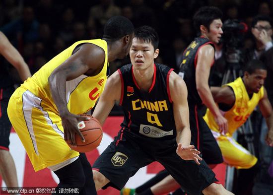 图文-[热身赛]中国男篮VS美国明星朱芳雨防守
