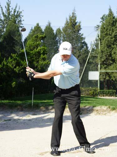 球技-如何打好沙坑球果岭边缘沙坑之上杆及收杆