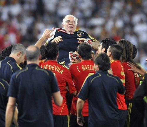 图文-西班牙队夺得欧洲杯冠军老阿幸福的被抛起