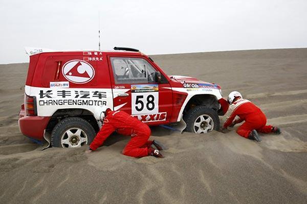 罗布泊越野赛SS1:长丰猎豹车队江惠坚拔得头筹