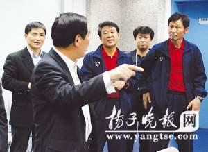 董启彬(前)到球员更衣室祝贺球队首胜。