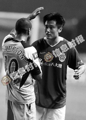 胡兆军和对方球员握手。