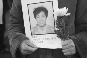 2010年春节,张亚霖因病去世,丢下了影星妻子贾妮妮和2岁的女儿张诗伽,其父亲和老母亲更是痛不欲生。