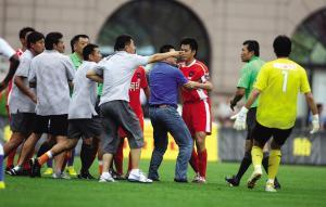 7月25日,青岛主场0:2输给上海后,青岛队集体围攻主裁王哲。谁都没想到,这一幕在接下来的两周内数次上演。