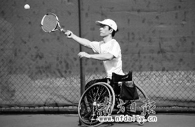 轮椅网球运动员正在训练
