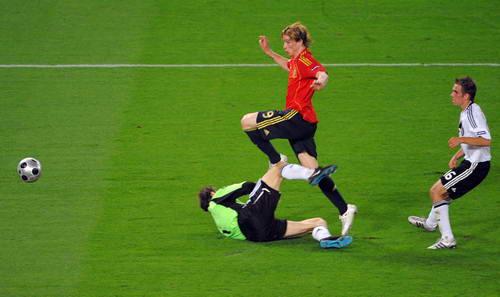 欧洲杯闪电破空一击致命托雷斯诠释何为天生可怕