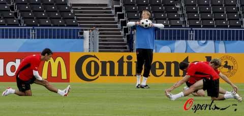 图文-奥地利队备战小组赛首战球员进行牵拉练习