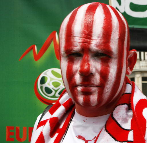 图文-奥克两国球迷赛前造势京剧脸谱也相形见绌