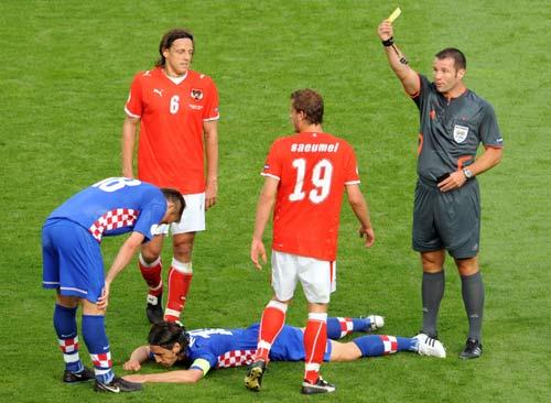 图文-[欧洲杯]奥地利VS克罗地亚裁判果断出示黄牌