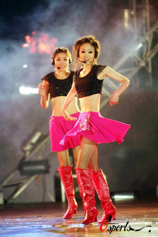 图文-16国宝贝助威奥运会欧洲杯中国宝贝短裙飘飘